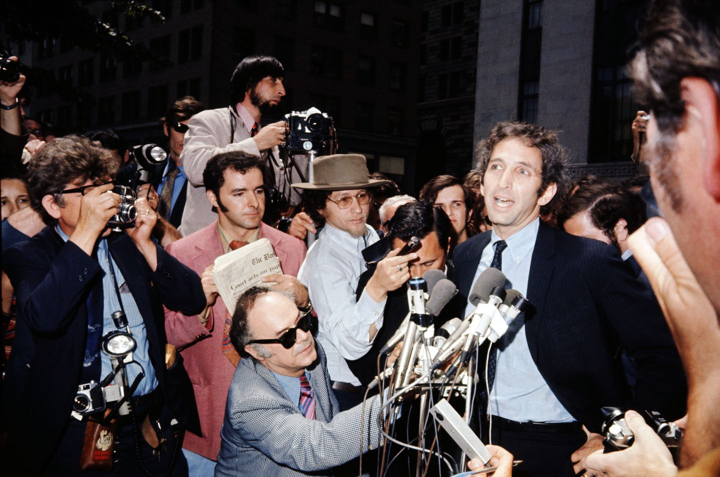 Daniel Ellsberg was surrounded by reporters at the Federal Building in Boston on June 28, 1971.