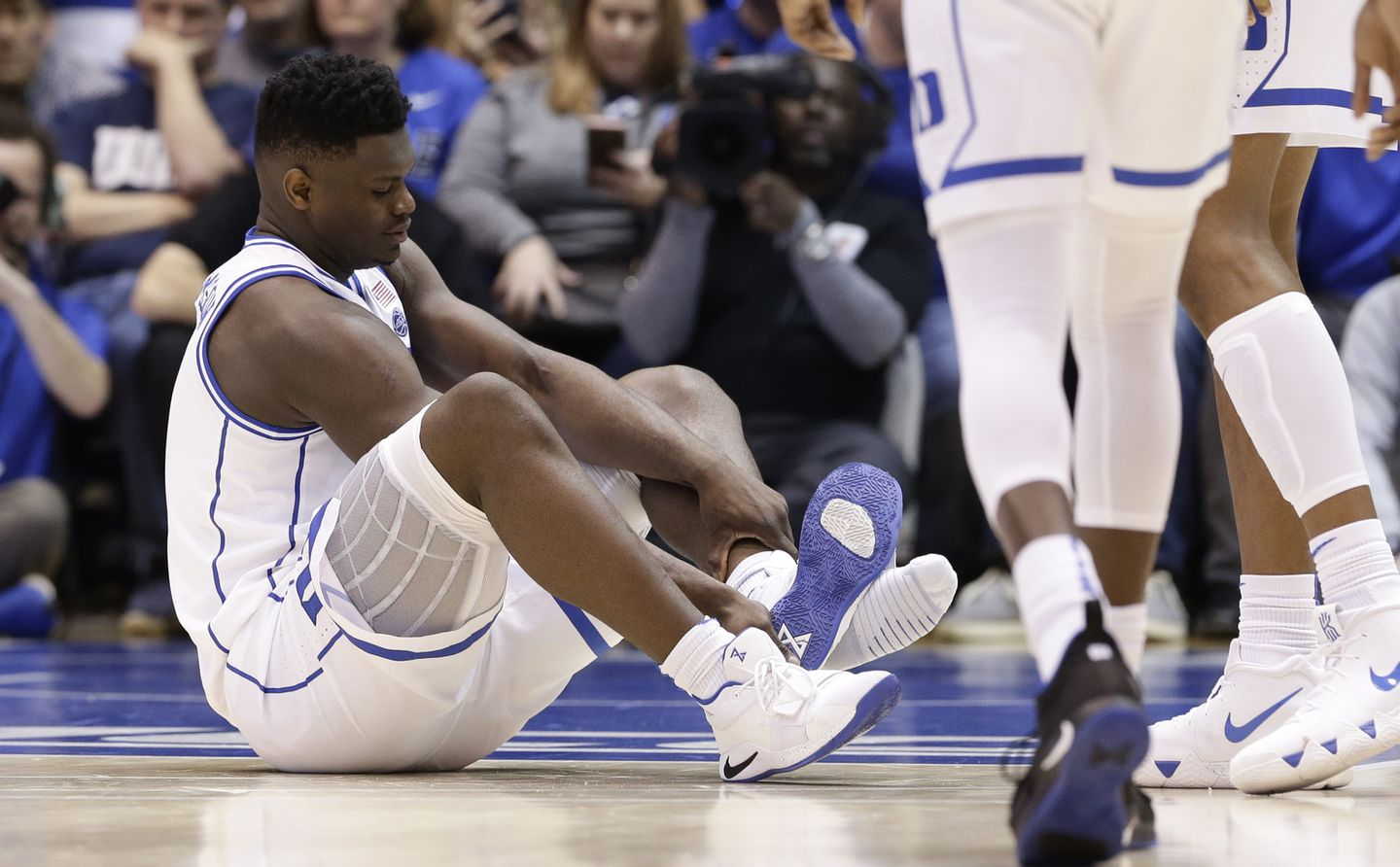 Bajo pared intervalo  Twitter users target Nike after basketball star's shoe splits, leading to  injury - The Boston Globe