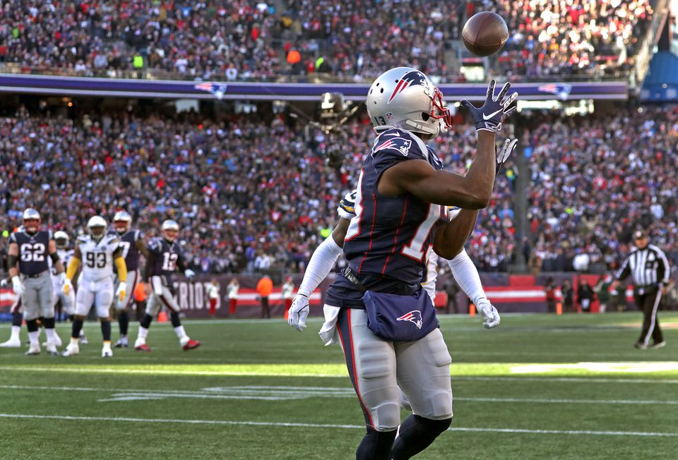 Tom Brady dropped a perfect pass into the hands of Phillip Dorsett to give the Patriots a 21-7 lead in the second quarter.