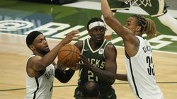 Jrue Holiday (center) was the hero of the game for the Bucks, who finally got on board with a victory in their series against the Nets.