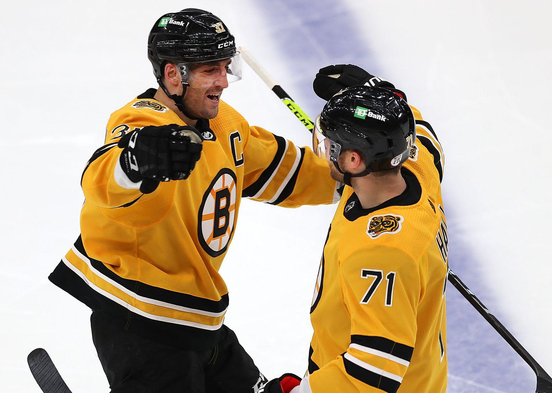 Hall e Bergeron festeggiano un goal contro gli Islanders