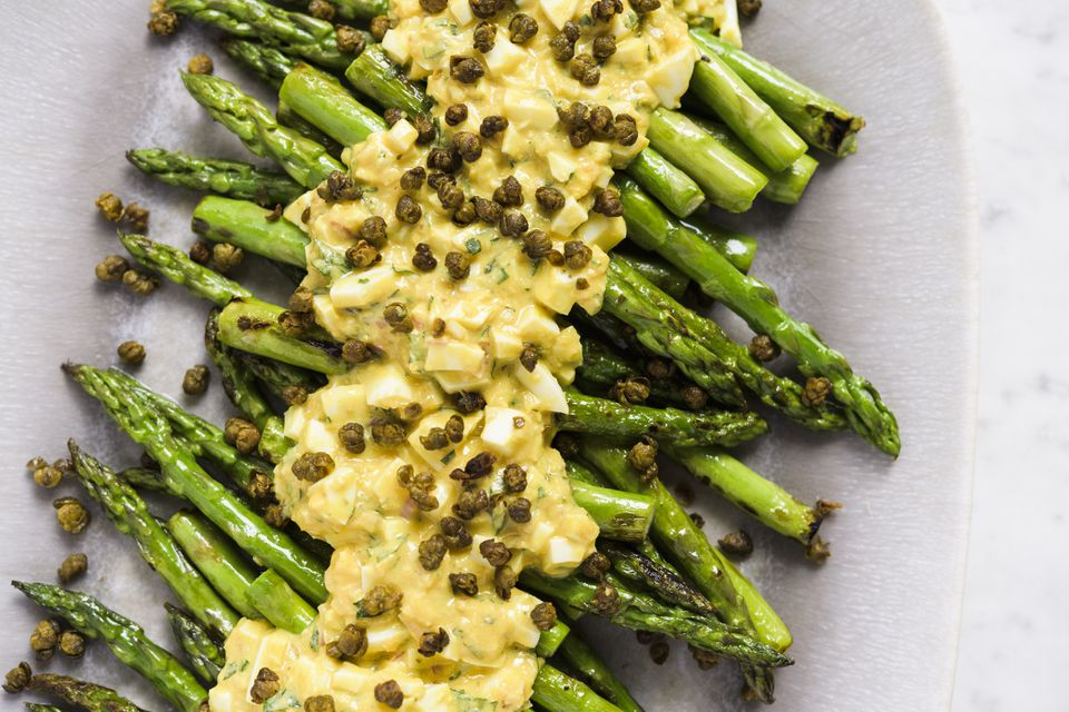 Asparagus with sauce gribiche and fried capers.